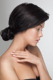 Plan rapproché de portrait d'une jeune femme modèle attirante sensuelle regardant vers le bas Photos stock