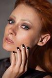 Plan rapproché de portrait de beauté d'une jeune femme principale rouge Image libre de droits