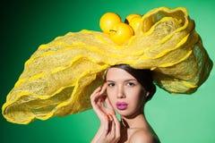 Plan rapproché de portrait de charme d'une jeune femme dans le chapeau jaune Images libres de droits