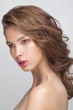 Plan rapproché de portrait de mode de beauté de jeune femme modèle sensuelle attirante Photo libre de droits