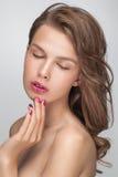 Plan rapproché de portrait de mode de beauté de jeune femme modèle sensuelle attirante Image stock