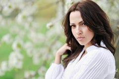 Plan rapproché de portrait sexy de visage de jeune femme images stock