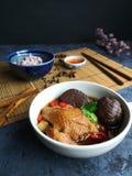Plan rapproch? de potage au poulet chinois dans une tasse blanche photographie stock libre de droits