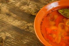 Plan rapproché de potage aux légumes avec l'espace de texte libre Photo stock