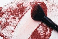 Plan rapproché de poudre de maquillage avec la brosse Image libre de droits