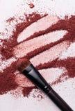 Plan rapproché de poudre de maquillage avec la brosse Image stock