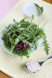 Salade de Ruccola avec le pétrole et le sésame Images libres de droits