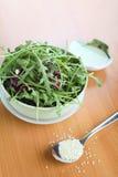 Salade de Ruccola avec le pétrole et le sésame Photos libres de droits