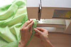 Plan rapproché de processus de couture sur la machine à coudre Machine à coudre industrielle dans un atelier privé au travail Photo libre de droits
