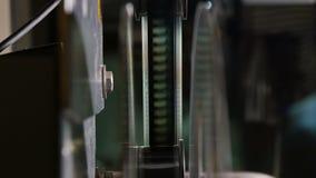 Plan rapproché de projecteur de film avec l'écran de projection sur le dos banque de vidéos