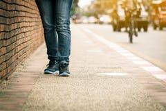 Plan rapproché de promenade de jambes de jeune femme sur le trottoir Photo libre de droits