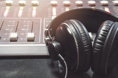 Plan rapproché de pupitre de commande de studio d'enregistrement de boutique photo libre de droits