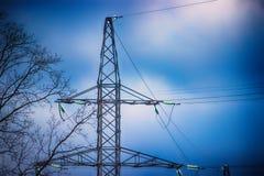 plan rapproché de pylône de transmission de l'électricité avec un ciel bleu Photographie stock libre de droits