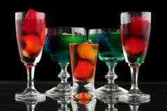 Plan rapproché de quelques verres avec des cocktails de différentes couleurs dans la boîte de nuit Photographie stock