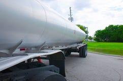 Plan rapproché de réservoir de camion-citerne aspirateur d'essence Images libres de droits