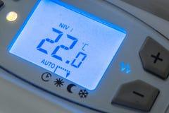 plan rapproché de radiateur moderne avec la température numérique Images libres de droits