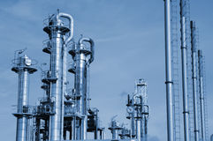 Plan rapproché de raffinerie de pétrole et de gaz Images libres de droits