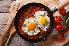 Plan rapproché de rancheros de Huevos dans la casserole et les ingrédients, horizontaux Photos libres de droits