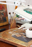 Plan rapproché de restauration d'icône antique Images libres de droits