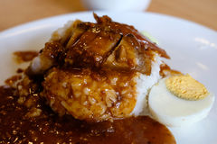 Plan rapproché de riz croustillant de porc avec l'oeuf à la coque Images stock