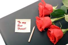 Plan rapproché de roses rouges sur un ordinateur portable À mon meilleur ami Images stock