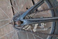 Plan rapproché de roue arrière de bicyclette et de chaîne d'entraînement Image libre de droits