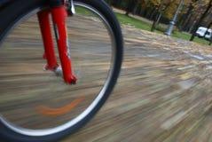 Plan rapproché de roue de bicyclette dans le mouvement Photo stock