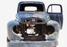 Plan rapproché de Rusty Abandoned Old Truck Isolated au-dessus de Ba blanc pur Images libres de droits