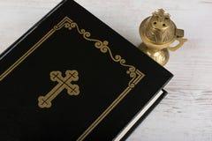 Plan rapproché de Sainte Bible et d'encensoir sur le fond en bois blanc Concept et foi de religion photos libres de droits
