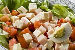 Salade avec du fromage, le jambon et des oeufs Photo libre de droits