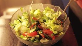 Plan rapproché de salade végétale verte mélangée Préparation au dîner banque de vidéos