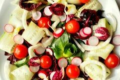 Plan rapproché de salade végétalienne sur un fond blanc Image stock