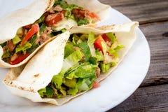 Plan rapproché de sandwich à pain pita de salade de thon Photo stock