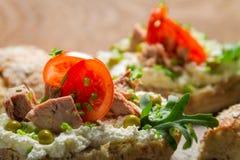 Plan rapproché de sandwich fait de fromage blanc, thon et tomate Image libre de droits