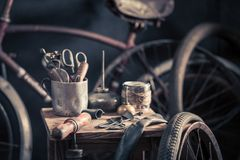 Plan rapproché de service de difficulté de vélo avec des roues et des outils photos libres de droits
