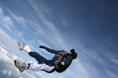 Plan rapproché de Skydiver sur le sien en arrière dans la chute libre Image libre de droits