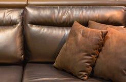 Plan rapproché de sofa de cuir de brun foncé photographie stock libre de droits