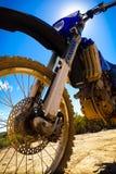 Plan rapproché de soleil de vélo de saleté Photo stock