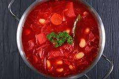 Plan rapproché de soupe délicieuse à rouge de betteraves photographie stock