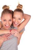Plan rapproché de sourire de filles jumelles de sport Image libre de droits