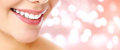 Plan rapproché de sourire de femme sur un fond abstrait Image libre de droits