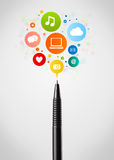 Plan rapproché de stylo avec les icônes sociales de réseau Images stock