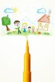 Plan rapproché de stylo de feutre avec un dessin d'une famille Photographie stock libre de droits