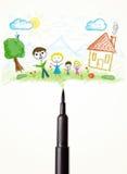 Plan rapproché de stylo de feutre avec un dessin d'une famille Photo libre de droits