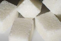 Plan rapproché de sucre raffiné sur un fond blanc photos libres de droits