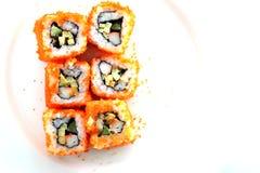Plan rapproché de sushi de roulis de Carufornia d'isolement Photo stock