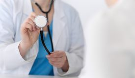 Plan rapproché de tête de stéthoscope de prise de docteur de médecine Médecin prêt à examiner et aider le patient Aide et assuran photo libre de droits