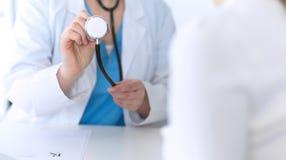 Plan rapproché de tête de stéthoscope de prise de docteur de médecine Médecin prêt à examiner et aider le patient Aide et assuran image libre de droits