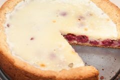 Plan rapproché de tarte aux cerises coupée image stock