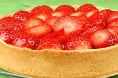 Plan rapproché de tarte de fraise et de crème anglaise Photographie stock libre de droits